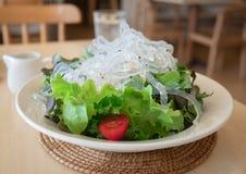 Salade met sla en tomaten stock afbeelding