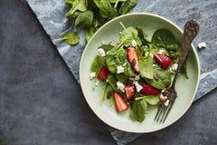 Salade met Spinazie, aardbei, van feta en van de pompoen zaden royalty-vrije stock afbeelding