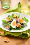 Salade met spinazie, eieren Stock Afbeeldingen