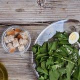 Salade met spinazie en kwartelseieren dieet voedsel De lente detox Stock Afbeelding