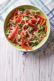 Salade met spruiten, peper en sesam Verticale hoogste mening stock foto