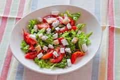 Salade met Tomaat en de Kaas van Feta stock fotografie