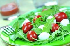 Salade met tomaat, mozarella en rucola Stock Foto's