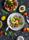 Salade met tomaten en avocado op een donkere achtergrond royalty-vrije stock afbeelding