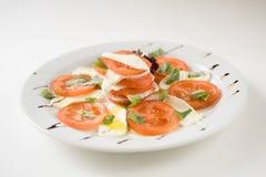 Salade met tomaten en mozarellakaas Royalty-vrije Stock Afbeelding