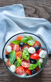 Salade met tomaten, olijven, mozarella en basilicum Stock Foto's