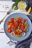 Salade met tomaten, peper en rode ui met saus Stock Foto's