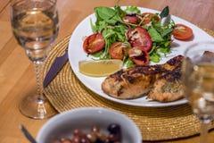 Salade met tomaten, rode biet, rucola, spinazie, sukade en olijf stock foto