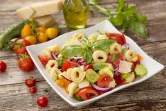 Salade met tortellinideegwaren Stock Foto's