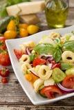 Salade met tortellinideegwaren Stock Afbeeldingen