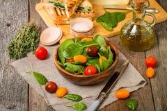 Salade met van de babyspinazie en kers tomaten wordt gemaakt die Stock Foto