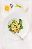 Salade met venkel, sinaasappelen en olijven in plaat royalty-vrije stock fotografie