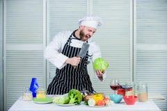 Salade met verse de zomergroenten Het op dieet zijn en vitamine culinaire keuken kok in restaurant, woede Professionele chef-kok royalty-vrije stock afbeeldingen