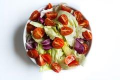 Salade met verse groenten stock afbeeldingen