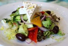 Salade met verse groenten en feta kaas stock foto's