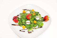 Salade met verse spinazie, aardbeien, mozarella en physalis Stock Foto's