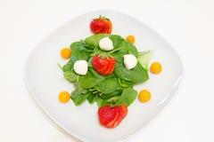 Salade met verse spinazie, aardbeien, mozarella en physalis Royalty-vrije Stock Foto's
