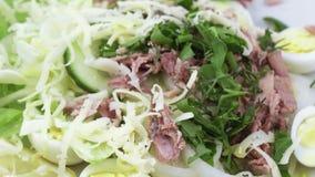 Salade met vissen en kwartelseieren stock videobeelden