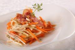 Salade met vlees en komkommer Stock Foto's