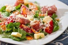 Salade met vlees en tomaten royalty-vrije stock afbeelding