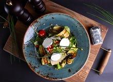 Salade met vlees, kaas Stock Foto's