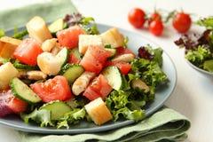 Salade met vlees, komkommers, tomaten en croutons Stock Foto's