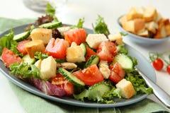Salade met vlees, komkommers, tomaten en croutons Royalty-vrije Stock Afbeelding
