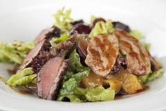 Salade met vlees op plaat Stock Foto's