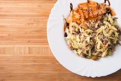 Salade met vlees, wortel, paddestoelen, eieren en mayonaise Stock Fotografie