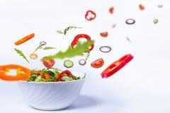Salade met vliegende groenten royalty-vrije stock afbeelding