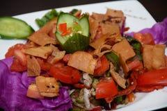 Salade, met voorgerecht in witte plaat Royalty-vrije Stock Foto