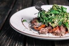 Salade met warm kalfsvlees Royalty-vrije Stock Foto's