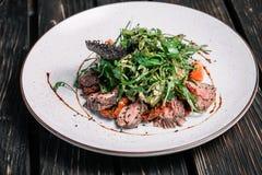 Salade met warm kalfsvlees Stock Afbeeldingen