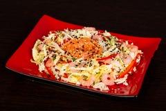 Salade met zalm en garnaal royalty-vrije stock afbeeldingen
