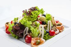 Salade met zalm en zeevruchten op een witte plaat royalty-vrije stock foto's