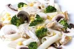 Salade mixte avec des oeufs, des pâtes, des champignons et la viande de poulet Photo stock