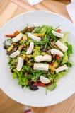 Salade mixte avec du fromage de chèvre et les légumes rôtis Photographie stock libre de droits