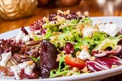 Salade mixte avec les betteraves et le fromage de chèvre cuits au four Images stock