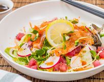Salade mixte de poissons de Salmon Tuna Raw avec le habillage japonais Images stock