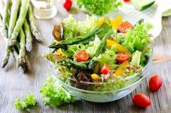 Salade mixte fraîche avec l'asperge verte pour le casse-croûte sain Images stock