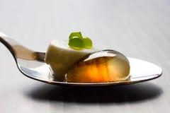 Salade moléculaire sur la cuillère en métal Photographie stock