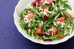 Salade moldavienne avec les tomates-cerises et le fromage d'arugula photo libre de droits