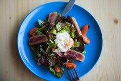 Salade Nicoise d'un plat bleu prêt à être mangé Photos stock