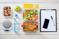 Salade, noten en water stock afbeelding