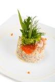 Salade Olivier décoré des crevettes et du caviar rouge Photo stock