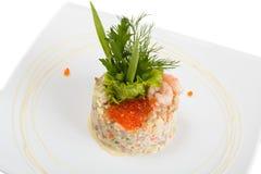 Salade Olivier décoré des crevettes et du caviar rouge Image libre de droits
