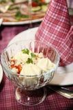 Salade op de gediende lijst Royalty-vrije Stock Afbeeldingen