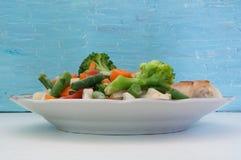 Salade op een blauwe achtergrond Stock Afbeelding