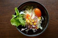 Salade op houten achtergrond Royalty-vrije Stock Afbeeldingen