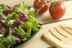 Salade op houten lijst Stock Afbeelding